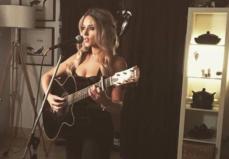 female acoustic wedding singer